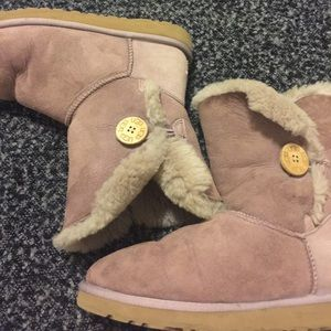 UGG Bailey Button, size W7